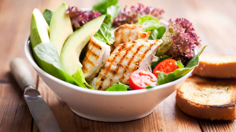 Salată de pui cu roșii și avocado