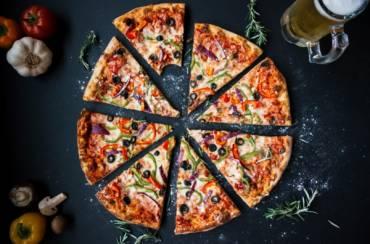 Pizza cu blat din făină fără gluten (migdale, năut, mei etc.)